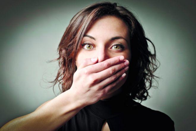 Картинки по запросу девушка закрывает руками рот