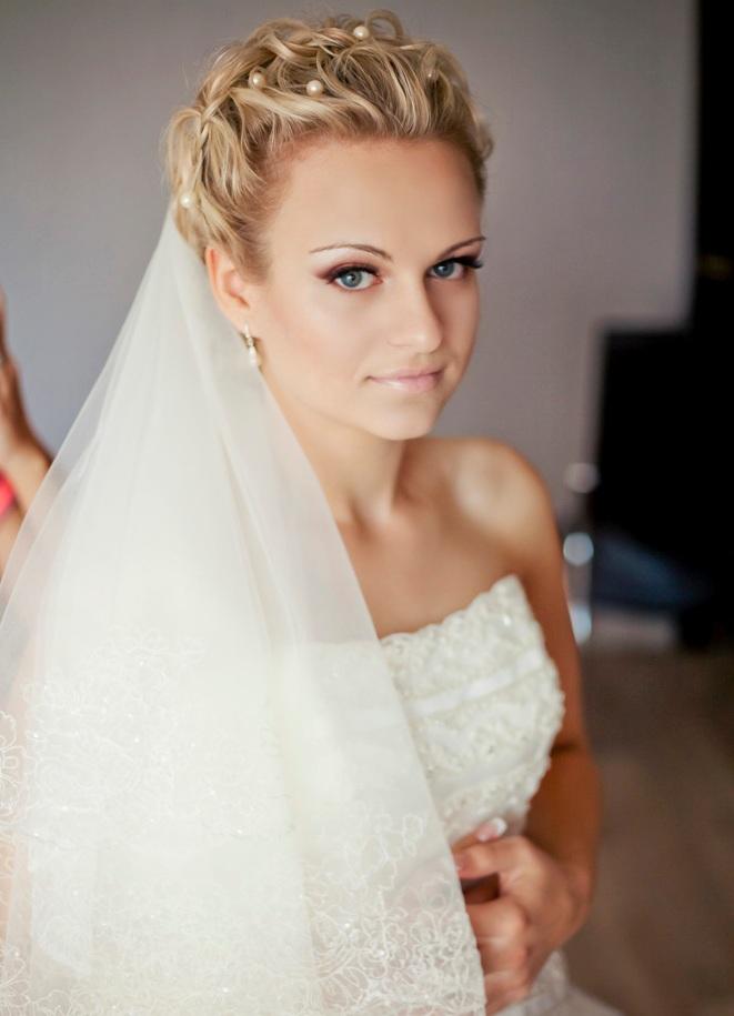 Прически невесты с фатой на средние волосы